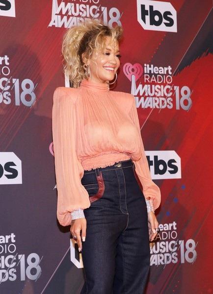 Rita Ora diện trang phục kín đáo bất ngờ
