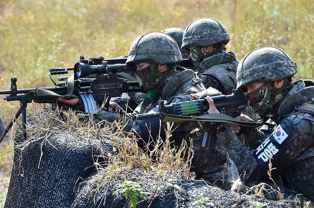 Tại Khu phi quân sự liên Triều (DMZ), dải dất dài 250 km và rộng 4 km chạy ngang bán đảo Triều Tiên và ngăn cách biên giới liên Triều, Hàn Quốc triển khai hàng loạt binh sĩ cùng khí tài quân sự hiện đại. Trong ảnh: Một nhóm binh sĩ Hàn Quốc diễn tập chiến dịch truy bắt tại khu vực gần DMZ. (Ảnh: AFP)