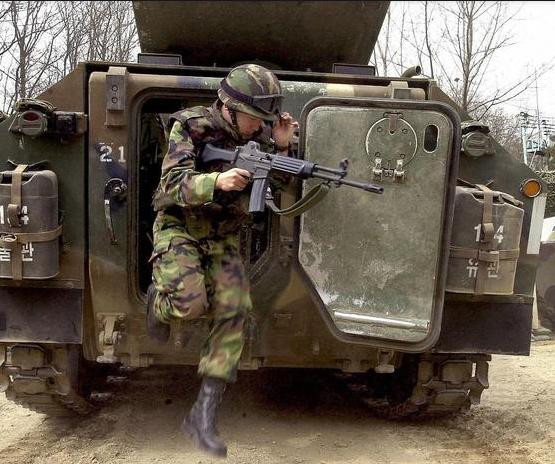 Trên danh nghĩa, Triều Tiên và Hàn Quốc cho đến nay vẫn ở trong tình trạng chiến tranh vì hai nước mới chỉ ký thỏa thuận đình chiến, thay vì hiệp ước hòa bình, sau chiến tranh liên Triều (1950-1953). Trong ảnh: Một binh sĩ chạy ra từ xe chiến đấu bộ binh K200 của Hàn Quốc. (Ảnh: AFP)