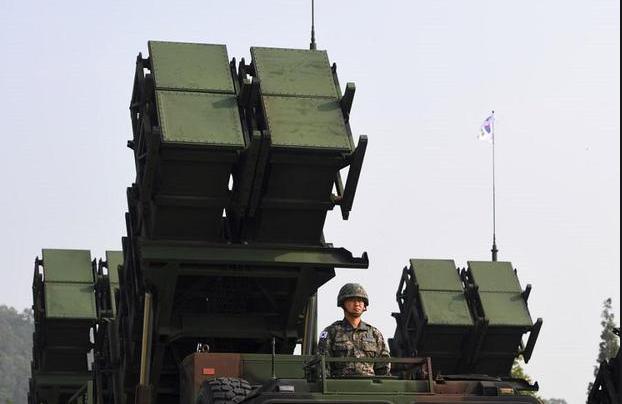 Hệ thống phòng thủ tên lửa đất đối không di động Patriot là một trong số hệ thống vũ khí chủ lực của Hàn Quốc. Trong ảnh: Hệ thống PAC-2 được triển khai năm 2017. (Ảnh: AFP)