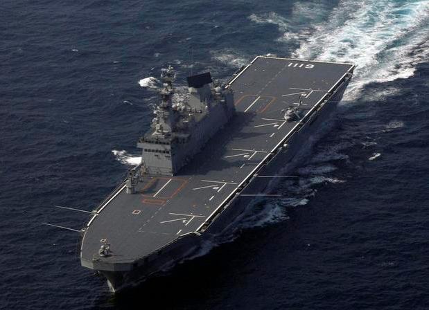 Tàu chiến Dokdo 14.000 tấn là tàu lớn nhất của Hải quân Hàn Quốc, có thể chở tới 720 lính thủy đánh bộ, 6 xe tăng, 7 phương tiện tấn công đổ bộ, 10 xe tải và 7 trực thăng. (Ảnh: AFP)