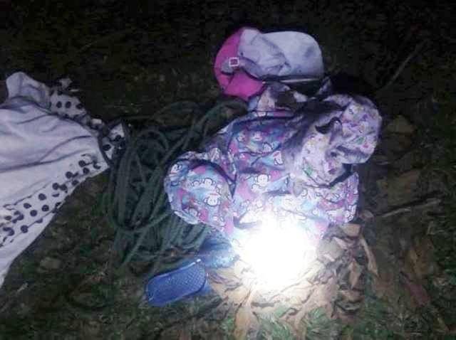 Áo quần và đôi dép của cháu T. được tìm thấy ở bãi rác (ảnh: C.Đ)