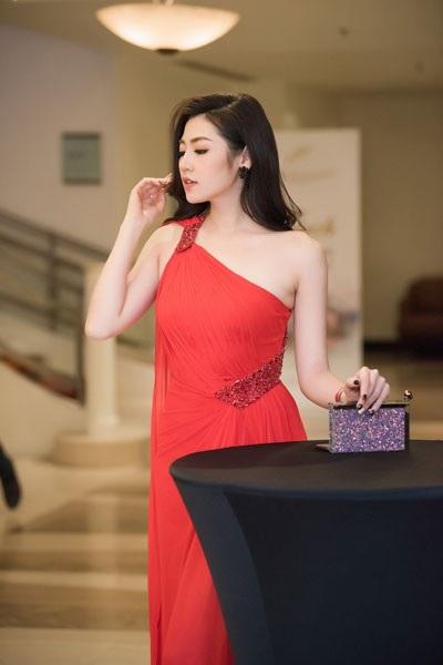 Á hậu Tú Anh diện đầm xéo vai khoe da trắng nõn - 4