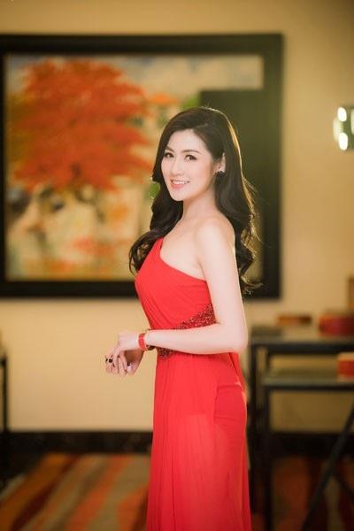 Á hậu Tú Anh diện đầm xéo vai khoe da trắng nõn - 5