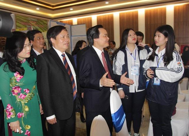 Bộ trưởng Bộ GD&ĐT Phùng Xuân Nha tham quan các dự án trưng bày tại cuộc thi