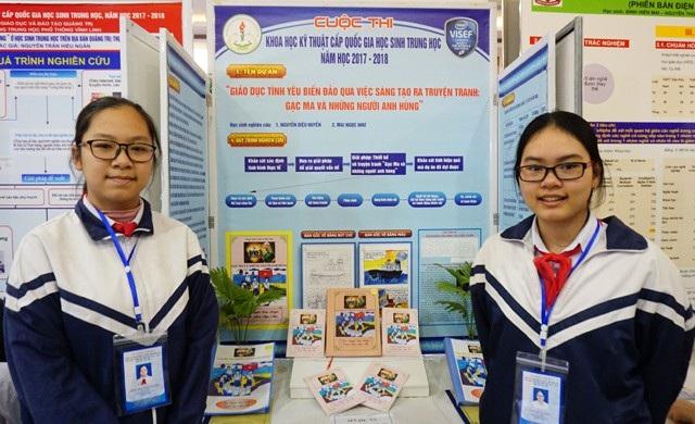 Nguyễn Diệu Huyền và Mai Ngọc Như (Trường THCS Nguyễn Trãi, TP. Đông Hà, Quảng Trị) tại gian trưng bày dự án của mình trong Cuộc thi Khoa học kĩ thuật cấp quốc gia học sinh trung học năm học 2017-2018 khu vực phía Bắc.