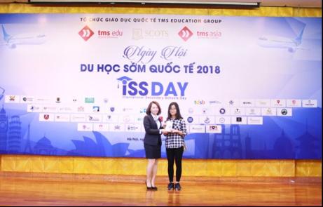 Bạn Nhật Linh – chủ nhận may mắn của điện thoại OPPO F5 tại Hà Nội
