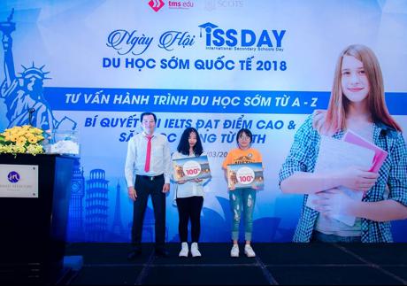 Lê Thanh Cúc (ngoài cùng bên phải) may mắn nhận được suất học bổng tiếng Anh 100%