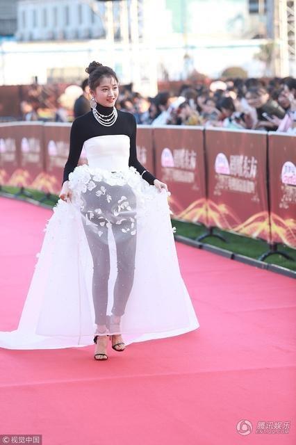 Trong khi đó, nữ diễn viên trẻ Guan Xiaoyu gây ấn tượng với váy ren lạ mắt.