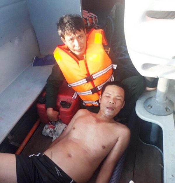 Anh Thoan được cán bộ chiến sĩ Đồn Biên phòng Tam Quan Nam cứu vớt kịp thời nên may mắn thoát nạn (ảnh Công Cường).