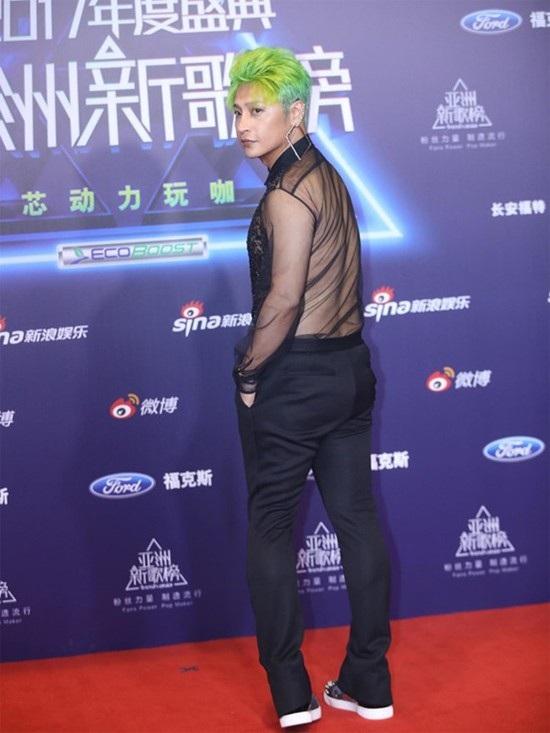 Những chiếc áo xuyên thấu khoe thân không bao giờ thiếu trong tủ đồ của Trần Chí Bằng.