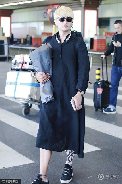 """Điểm lại những bộ trang phục nữ tính và khó hiểu của """"Nhĩ Thái"""" Trần Chí Bằng - 12"""