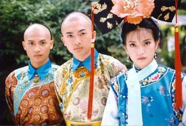 Trần Chí Bằng (Trái) từng tham gia Hoàn châu cách cách 1 cùng Triệu Vy, Tô Hữu Bằng, Lâm Tâm Như, Châu Kiệt... Anh còn là thành viên của một ban nhạc nam nổi tiếng của Đài Loan. Trần Chí Bằng của 20 năm trước nam tính và điển trai.