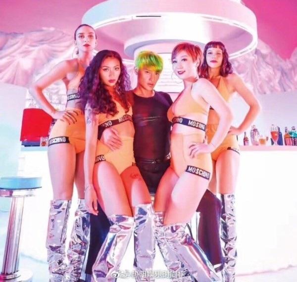 Trần Chí Bằng thay sang một bộ trang phục nữ tính khác để tạo dáng cùng các nữ vũ công trong clip ca nhạc.