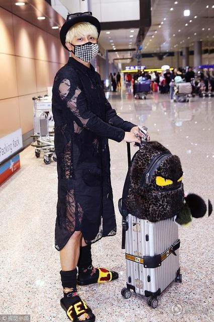 Không chỉ ăn mặc giống phụ nữ trong các sản phẩm âm nhạc hay các sự kiện, Chí Bằng của hiện tại còn thích diện đồ unisex xuống phố.