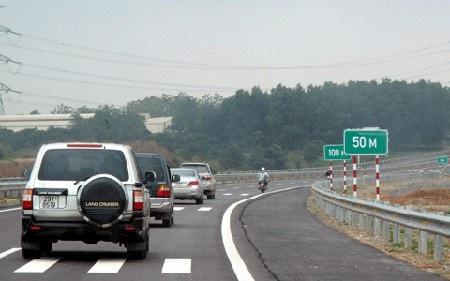 Trên cao tốc, không phải liên tục có các biển báo chỉ dẫn, tài xế luôn phải tự học cách tính toán khoảng cách an toàn