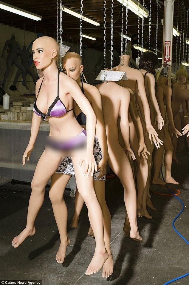 Real Doll, tọa lạc tại bang California, Mỹ là nhà máy sản xuất búp bê tình dục đã có tuổi đời hơn 2 thập niên. Bên trong nhà máy là những cơ thể làm bằng silicon với các bộ phận cơ thể và trang phục đang chờ được lắp ráp thành sản phẩm hoàn chỉnh. Trong ảnh: Các búp bê được treo thành hàng chờ chế tác.
