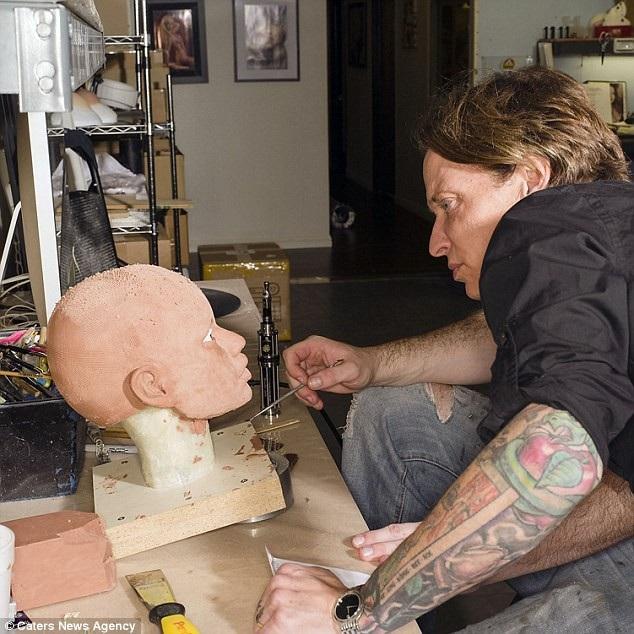 Cuối cùng, họ sẽ thêm thắt các bộ phận trang trí cần thiết và sửa chữa để tạo trải nghiệm giống thật cho khách hàng. Trong ảnh: Một công nhân đang chế tác phần đầu và gương mặt của búp bê. Các đường nét khuôn mặt được vẽ với độ chính xác cao.