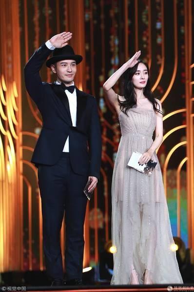 Dương Mịch tung hứng cùng Huỳnh Hiểu Minh trên sân khấu.