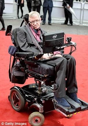 Hawking vẫn đam mê nghiên cứu khoa học dù bệnh tật và ngồi xe lăn (Ảnh: Getty)