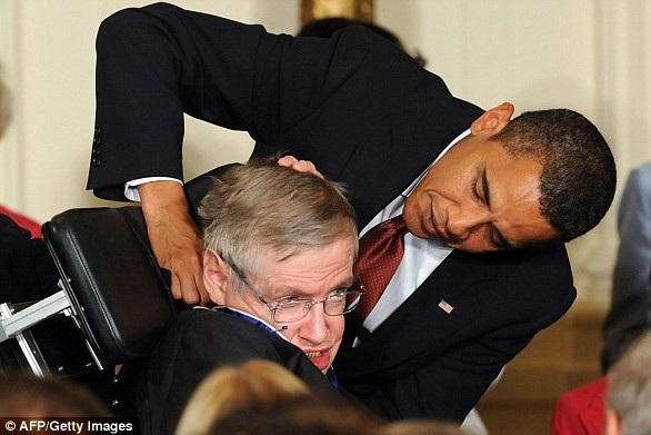 Tổng thống Mỹ Barack Obama trao Huân chương Tự do cho nhà khoa học Stephen Hawking năm 2009 (Ảnh: AFP/Getty)