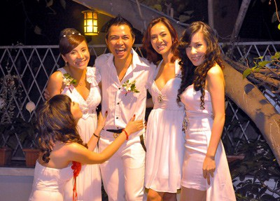 Lê Minh kết hôn với Hồng Ngọc - thành viên nhóm 5 dòng kẻ vào dịp sát Tết Kỷ Sửu, tại TPHCM. Sau đó cả hai có với nhau một cô con gái là bé Ngỗng nhưng cặp đôi bất ngờ chia tay trong tiếc nuối.