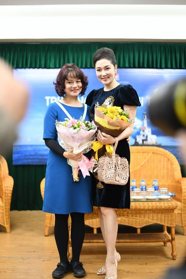 Nguyễn Thị Huyền với nhà báo Mỹ Trà, tác giả cuốn sách Trường Sa - Nơi ta đến....