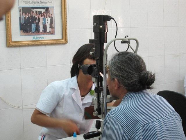 Khám mắt cho bệnh nhân glôcôm tại BV Mắt Trung ương. Ảnh: H.Hải