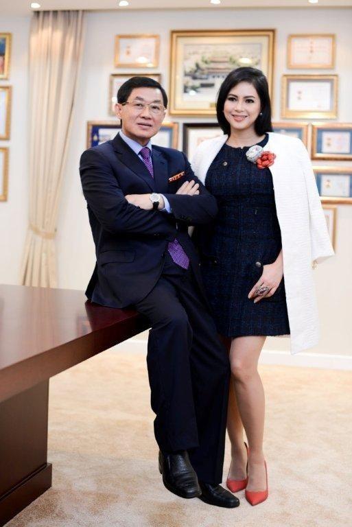 Chính công việc này đã mang tới cho bà cơ hội được thăm thú các thành phố trên khắp thế giới như Paris, Berlin và Sydney cơ hội gặp gỡ người chồng đại gia, một doanh nhân thành đạt vốn là Việt kiều Philippines, ông Jonathan Hạnh Nguyễn.