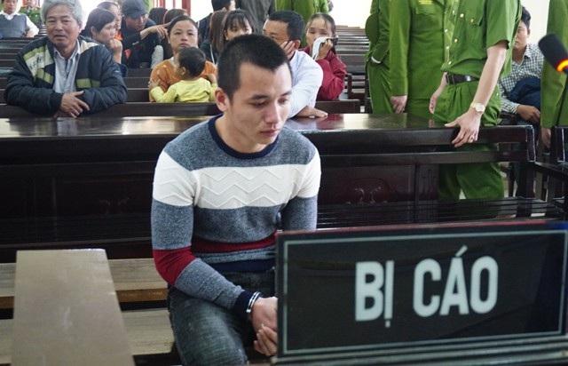Thân nhân bị hại bức xúc chửi bới, Phan Đình Quảng cúi mặt bật khóc