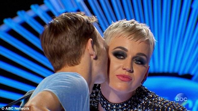 Benjamin đã nói trước rằng cậu sẽ chỉ hôn lên má nữ ca sĩ.