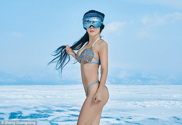 Mỹ nhân không tuổi tạo dáng trên mặt hồ Baika đóng băng