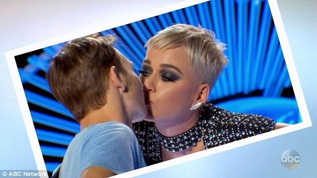 """Katy Perry ban đầu cảm thấy chưa hài lòng với nụ hôn lên má của Benjamin do """"chưa kêu"""", vì vậy, cô yêu cầu cậu thanh niên thực hiện nụ hôn thứ hai và nữ ca sĩ đã bất ngờ quay đầu sang, tặng cậu một nụ hôn bất ngờ lên môi."""
