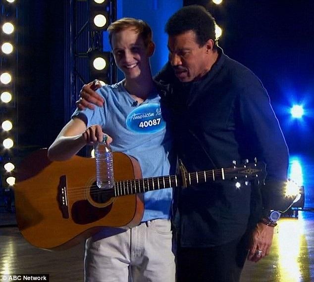 Giám khảo - nam ca sĩ Lionel Richie - đã bước tới để trấn tĩnh cậu thanh niên.
