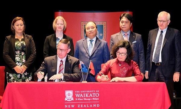 Thủ tướng Nguyễn Xuân Phúc chứng kiến lãnh đạo ĐH Waikato và BHXH Việt Nam ký kết hợp tác.