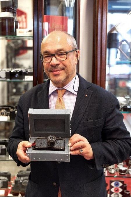 Andreas Kaufmann, Chủ tịch hiện nay của Leica, tự hào bên chiếc máy ảnh đắt nhất thế giới mang thương hiệu của hãng