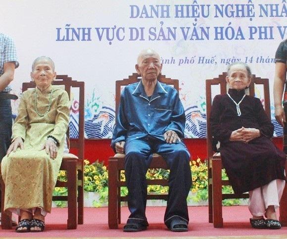 Nghệ nhân Minh Mẫn (ngoài cùng bên phải) trong lần nhận danh hiệu Nghệ nhân ưu tú năm 2016