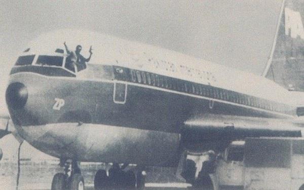 Hình ảnh chiếc máy bay của Pakistan Airways bị không tặc.