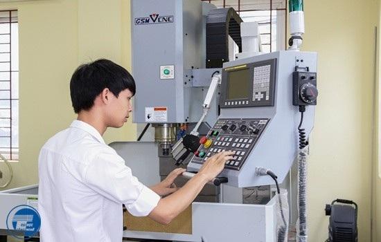 Sinh viên học tập trong xưởng Cơ khí – Tự động hóa