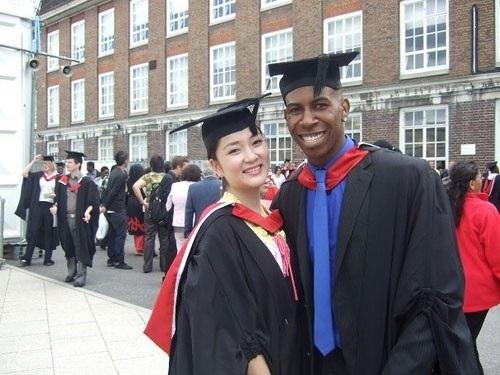 Hình ảnh hoa hậu Nguyễn Thị Huyền trong lễ tốt nghiệp tại trường Middlesex