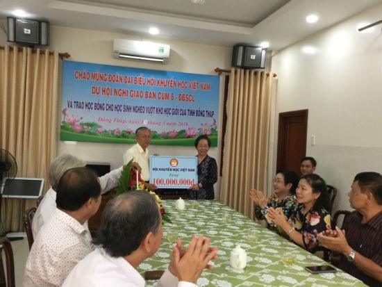 Ông Võ Hồng Nhân, Trưởng Ban vận động QKHNSS tiếp nhận 100 triệu đồng từ Bà Nguyễn Thị Doan, Chủ tịch Hội Khuyến Học Việt Nam