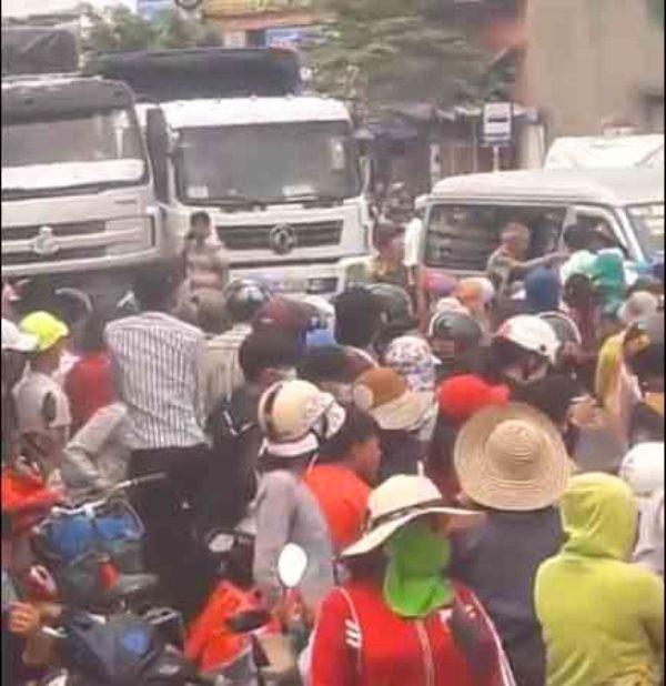 Người dân xã Mỹ An (huyện Phù Mỹ, Bình Định) lại tiếp tục kéo lên QL 1 để phản đối việc xây dựng nhà máy chế biến thủy sản (ảnh chụp từ Youtube).