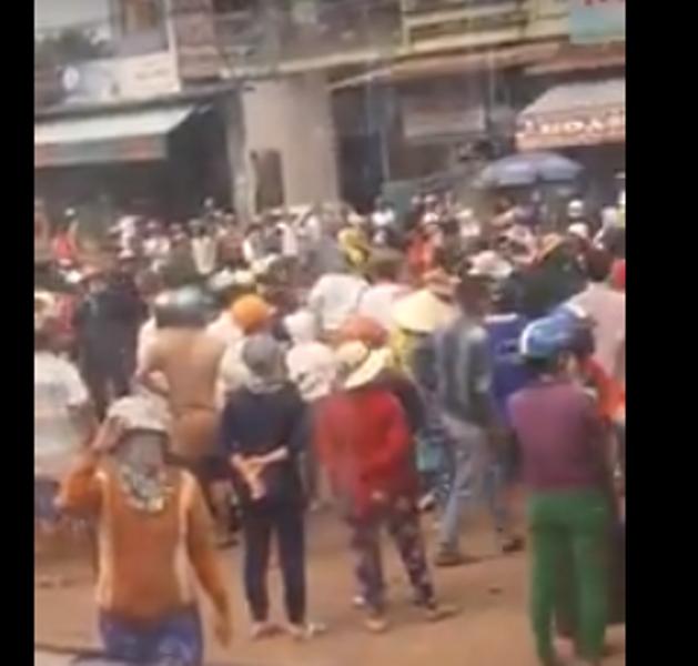 Người dân kéo lên QL1 khiến giao thông bị ách tắc.
