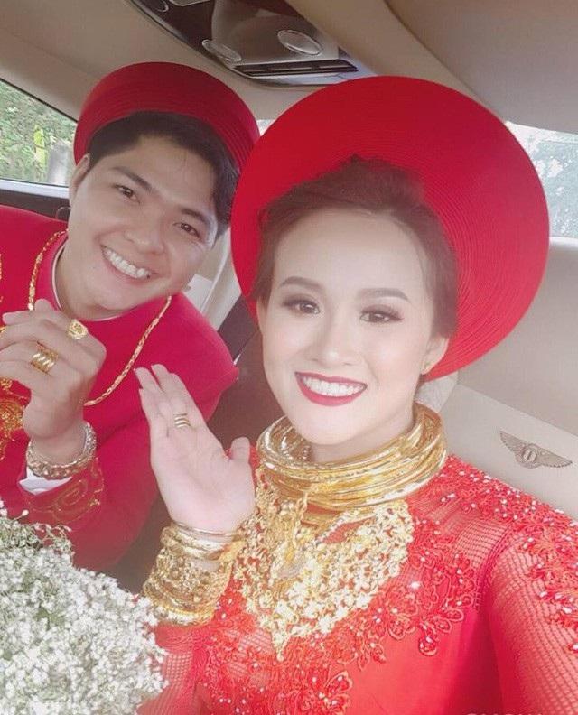 Trước đó, dư luận cũng từng xôn xao về đám cưới xa hoa bậc nhất khi cô dâu, chú rể cổ đeo trĩu vàng ở Đồng Nai