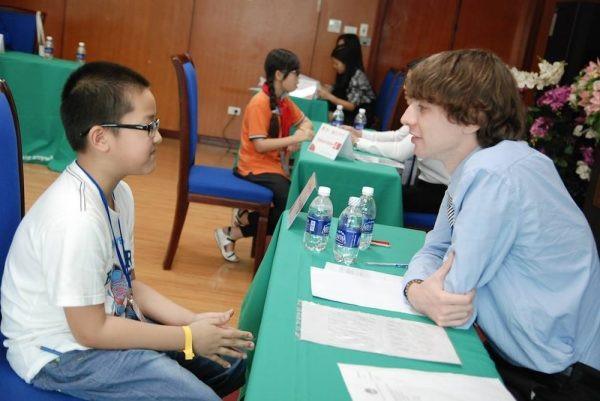 Thí sinh tham gia bài thi nói tại Cuộc thi Olympic Tiếng Anh với giám khảo đến từ Language Link Academic