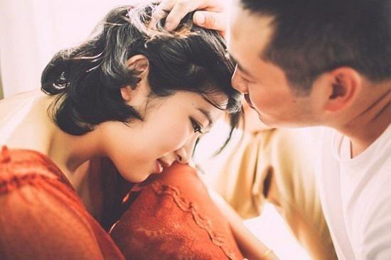 Đừng ngại ngần thử nghiệm trò mới lạ với chồng trên giường (Ảnh minh họa IT)