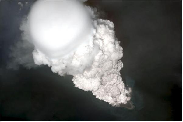 Một hình ảnh vệ tinh cho thấy một đám mây tro phủ khổng lồ phát ra từ núi lửa Bogoslof Island ngày 28 tháng 5 năm 2017.