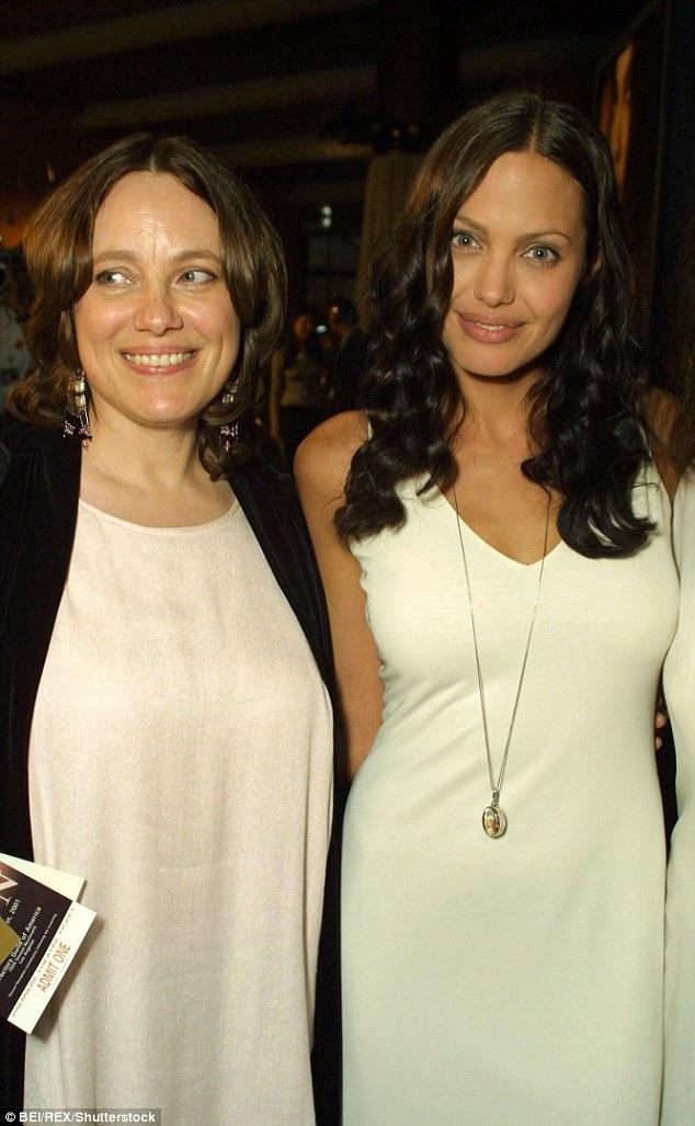 Jolie tâm sự rằng cô càng lúc càng trông giống mẹ (ảnh chụp hồi năm 2001).