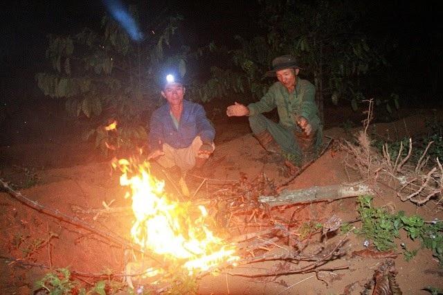 Để tránh những cái rét, người dân phải thay ca nhau cầm vòi để nghỉ ngơi, sưởi ấm