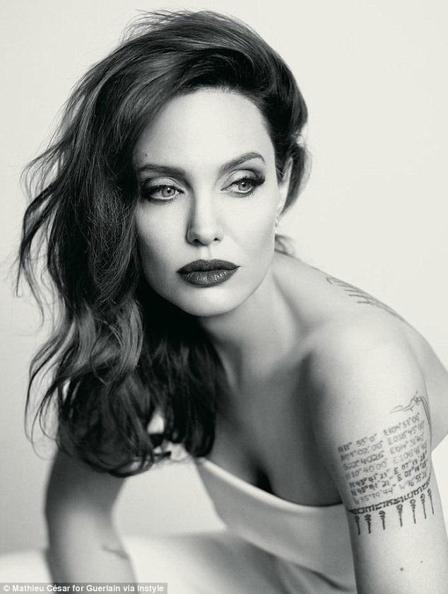 """Thực tế, trong khi nhiều ngôi sao nữ được khen ngợi vì vẻ đẹp trẻ trung hơn tuổi thì Angelina Jolie lại thuộc tuýp người đẹp được khen ngợi đẹp gợi cảm dù có phần """"cứng"""" hơn tuổi thật."""